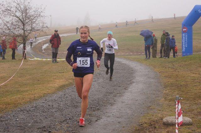 Emilie Fossumstuen Grøterud slo Sigrid Jøranli Sundgaard i spurten på kvinnees 1600 m. (Arrangørfoto)