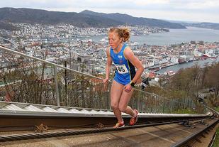 Eli Anne Dvergsdal på vei opp i skinnegangen til Fløibanen, mot en seier i dette første løpet i Fløibanen Opp.