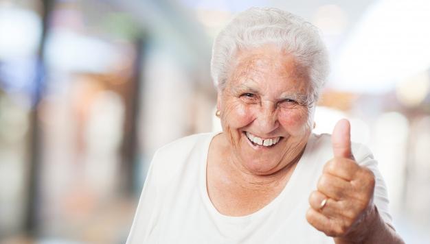Illustrasjonbilde av en eldre dame som viser tommel opp.