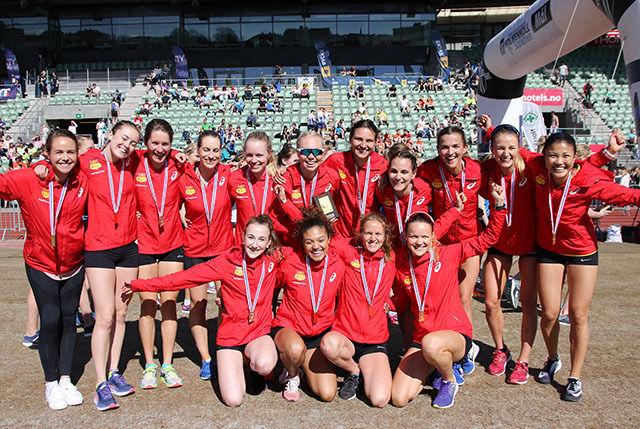 GULLSMIL: Blide BUL-jenter som sikret klubbens 7. seier i eliteklassen for kvinner i Holmenkollstafetten i 2018. (Foto: Runar Gilberg)