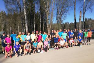 43 løpere klare for innsats på den 3.kvelden med Kondistreninga, med fotografen ble det 44 løpere totalt.