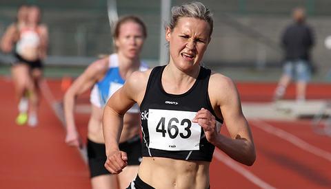 Pernilla Eugenie Epland fra Stord har mest krefter på slutten av sin 3000 meter og drar fra Lena Selen.