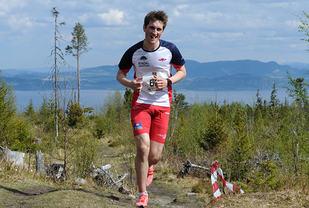 Med Forbordsfjellet i bakgrunnen, der han har vunnet motbakkeløp tidligere, ser vi Kristian Engen Forbord løpe inn til seier i Malvikingen Opp. (Foto: Arne Brunes)