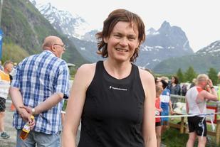 47-åringen Brynhild Synstnes vant dagens løp på Åndalsnes. Tidligere har Brynhild blitt nummer 7 i VM på halvmaraton i 1994 der hun også var med og tok sølv i lagkonkurransen. I 2001 tok hun 3 NM-gull på maraton, halvmaraton og 6 km terreng-løp