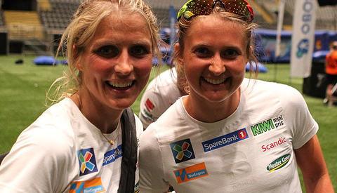 Nr. 1 og 2: Therese Johaug og Ingvild Flugstad Østberg i Telenor Arena etter løpet. (Foto: Kjell Vigestad)
