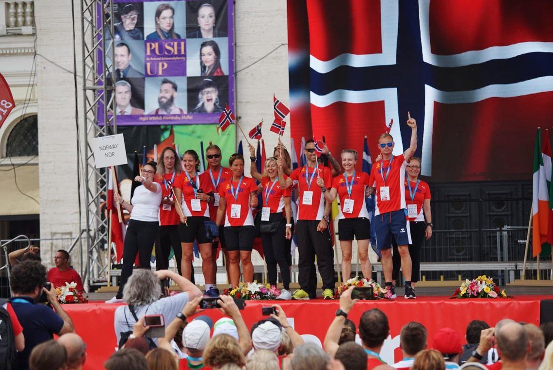 Den norske troppen med løpere og ledere under fredagens åpningsseremoni. (Foto: Johan Percy Holmgren)