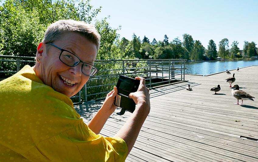 Gro Herheim med mobil WEB.jpg