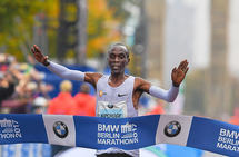 Eliud Kipchoge krysser målstreken som vinner av Berlin Marathon 2017. (Foto: Berlin Marathon)