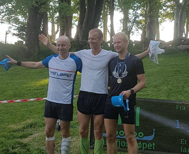 Thomas Hetland, Tom Ole Dalsrud og Johannes Guddal på seierspallen for menn.   Foto: Kolbjørn Hetland.