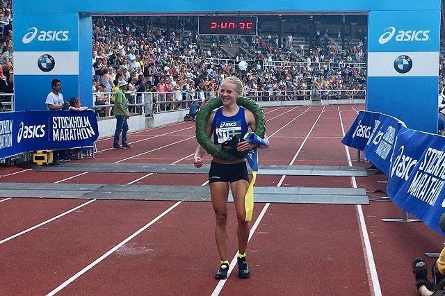 Mikaela Larsson, Spårvägens FK, vinner av ASICS Stockholm Marathon 2018 på 2:40:28. (Arrangørfoto)