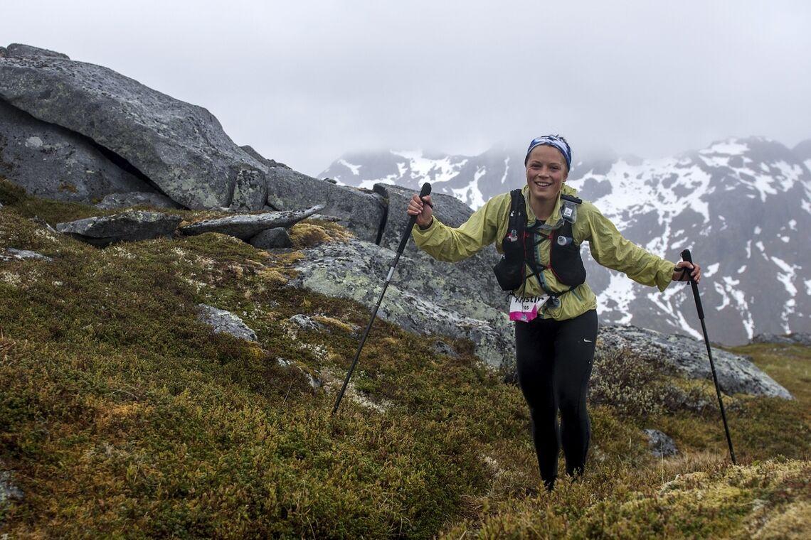 Neste løp ut er Lofoten Ultratrail 4. juni. Bildet er fra 2018 og viser Kristin B. Lome i kupert terreng. (Foto: Kai-Otto Melau)