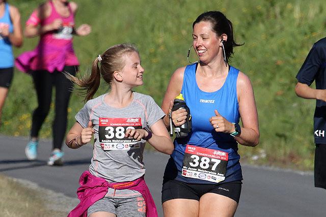 Amalie og Siv Janne Meisterplass Aam er godt i gang med sin 5km i Sommerkarusellen.