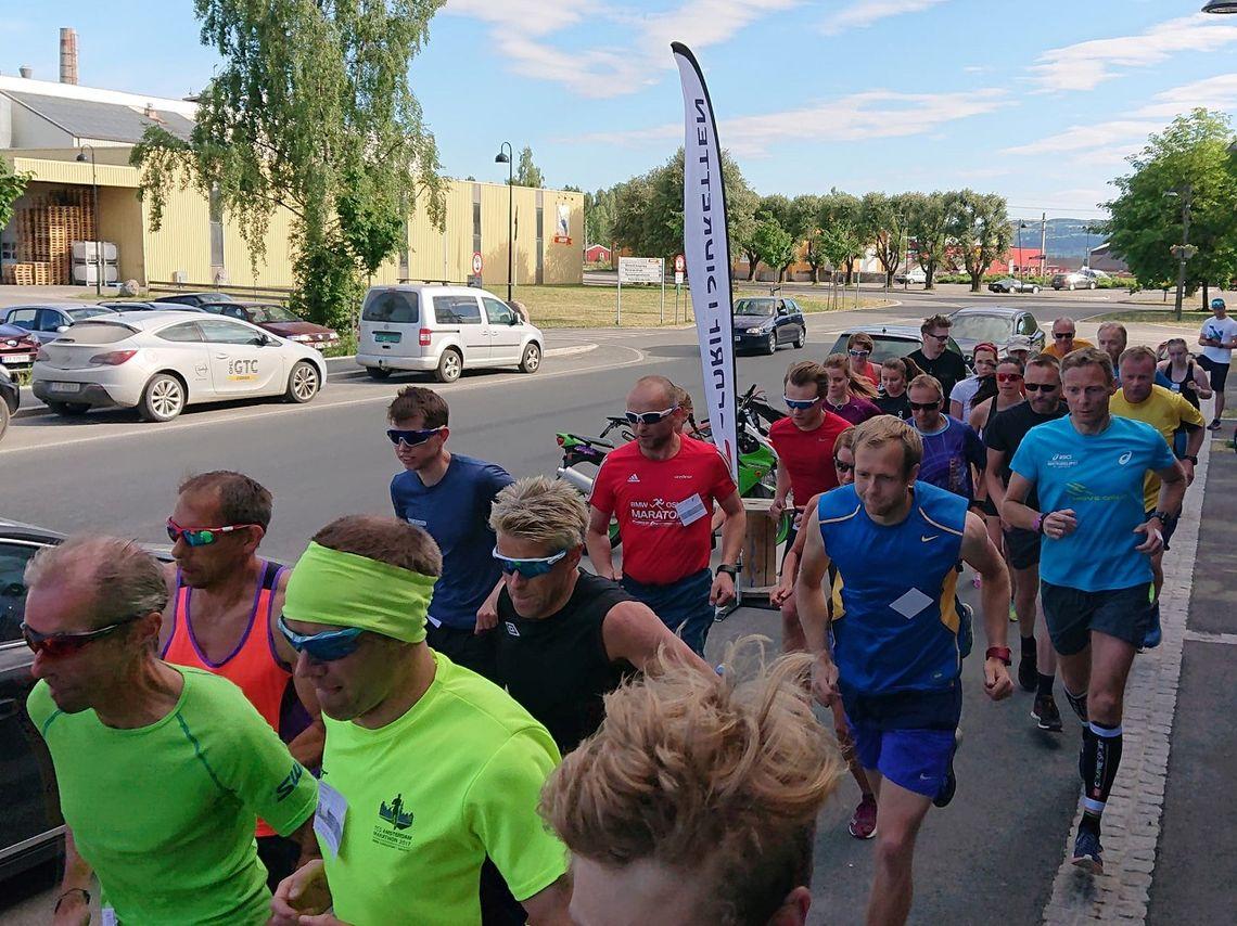 Fra starten med 31 aktive løpere onsdag kveld. (Foto: Morten Strandsveen)