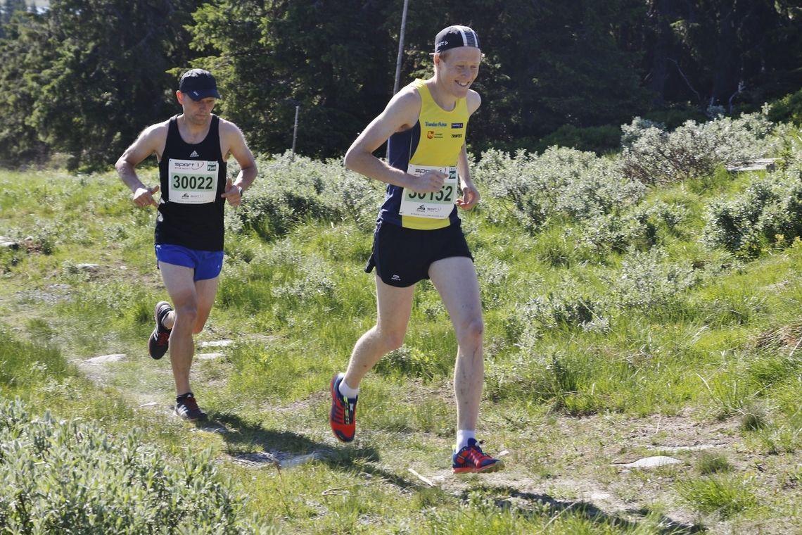 Isak Berget i tet like etter start, og derble hyan til mål. Bak ser vi Lars Kristian Granlund som kom på 21. plass. (Foto: Rolf Bakken)