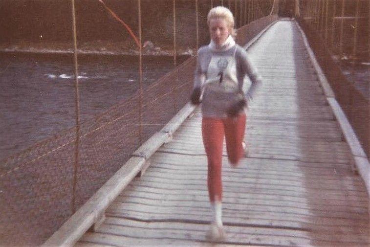 Randi Langøigjelten i kjent driv over Strandvoldbrua i 1985 da hun satte løyperekorden for kvinner på 30:58. (Foto: Strandvoldbruas venners facebookside)