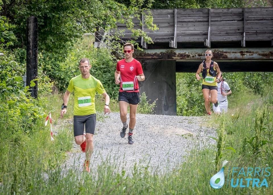 Farris Ultra hadde også kortdistanse, 21 km, der Robert Rognli (nr 132) løp raskest av alle. Litt bak ser vi også vinneren av kvinneklassen, Kristin Opland. (Arrangørfoto)