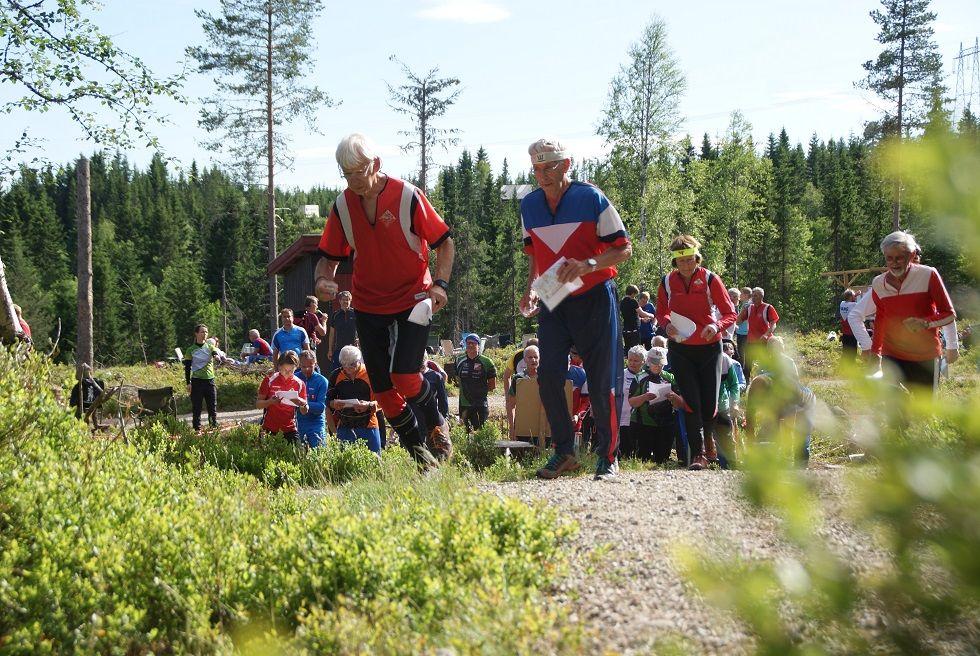 Løpere ut fra start på Gåsbu onsdag. (Foto: Stein Arne Negård)