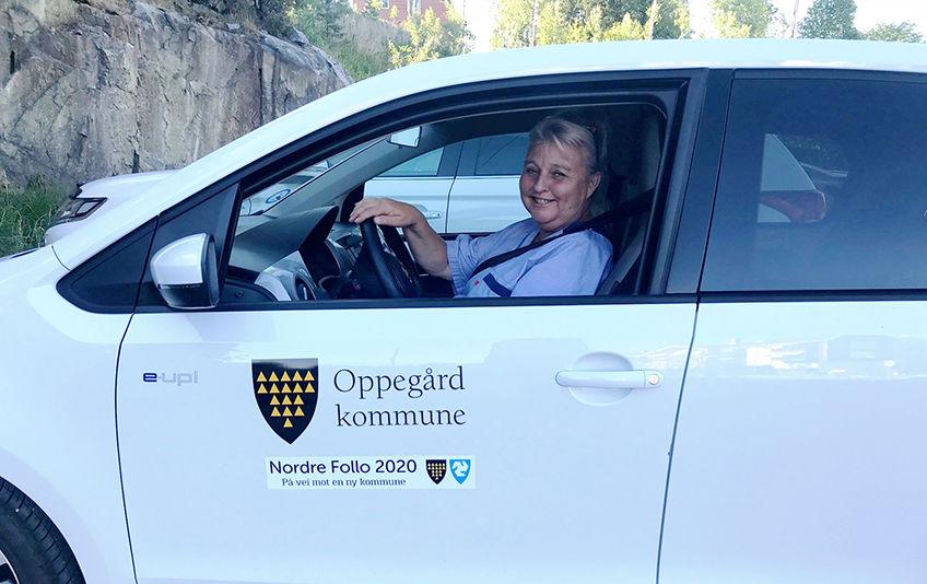 Hjelpepleier Lillian Lund ved Greverud sykehjem i Oppegård er en av de første som kjører rundt med tjenestebil merket med Nordre Follo 2020.