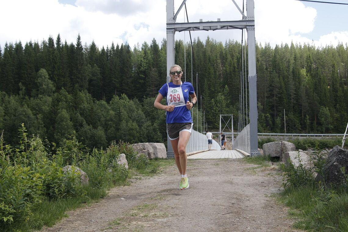 Mina Nerhagen har vært raskeste kvinne i Strandvoldrunden begge de to foregående årene. Her løper hun i mål på Strandvoldbrua som klar vinner i 2018.