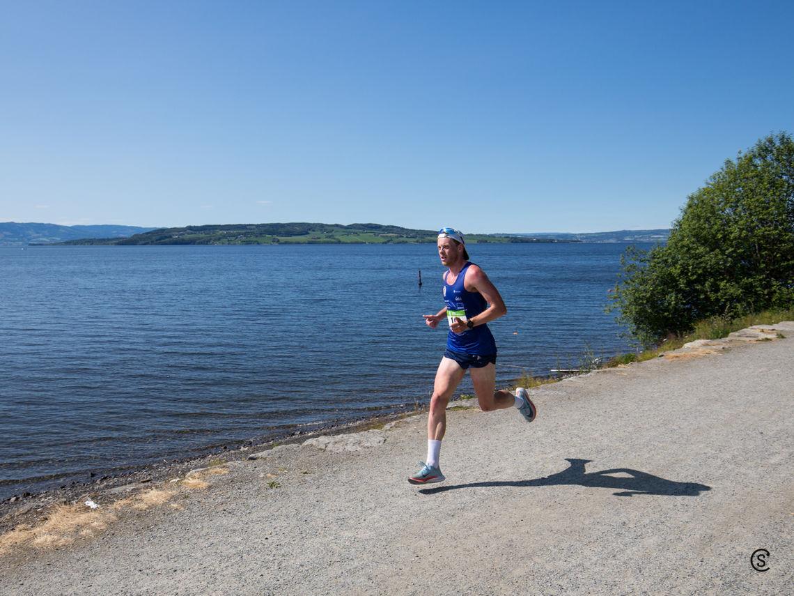 Vinneren av fjorårets premiere på H3 Hamar HOKA Maraton, Simen Næss Berge, er påmeldt til vårløpet langs Mjøsa. (Foto: Sylvain Cavatz)