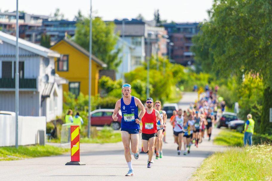 Simen Næss Berge løp solo i 21 km i Hamar lørdag. Her har det gått 500 m etter starten på Koigen. (Foto: EF Sportsfoto)