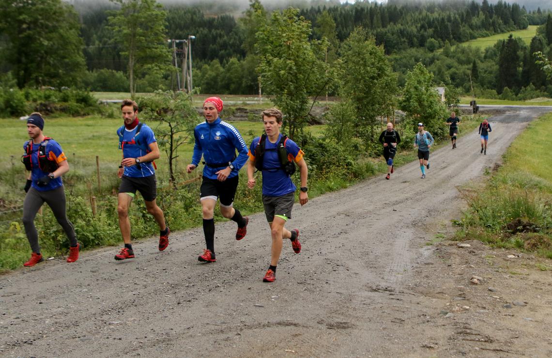 Vinner av maraton Jonas Hesthaug, Eidsdal IL tiø høyre i bild. Foto: Arild Foldal.