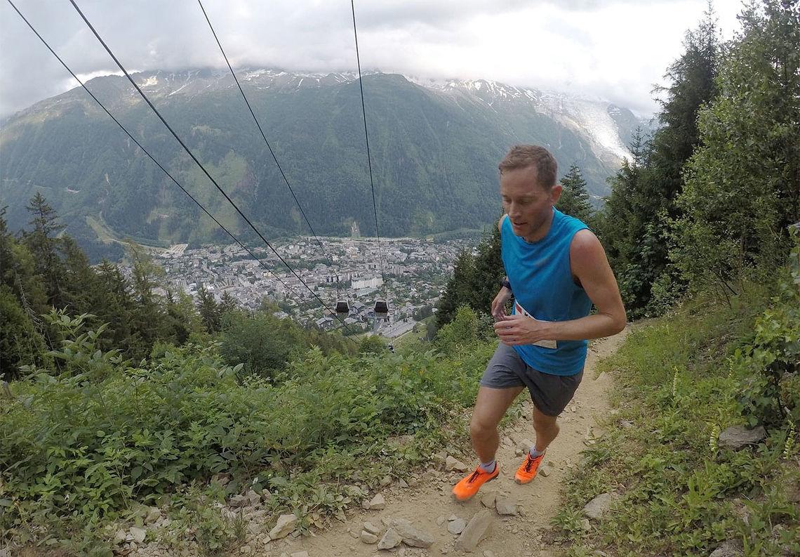 Eirik Haugsnes trives og løper fort i den knallbratte løypa som går under taubanen opp fra Chamonix i Frankrike. (Foto: Bjørn Johannessen)