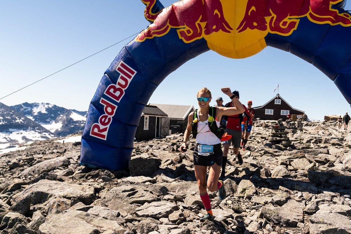 Sylvia Nordskar passerer Fannaråkhytta etter 5 km - og ser allerede ut som en vinner, og hun vant - slik også broren Gjermund gjorde. (Foto: Bård Basberg/XREID)