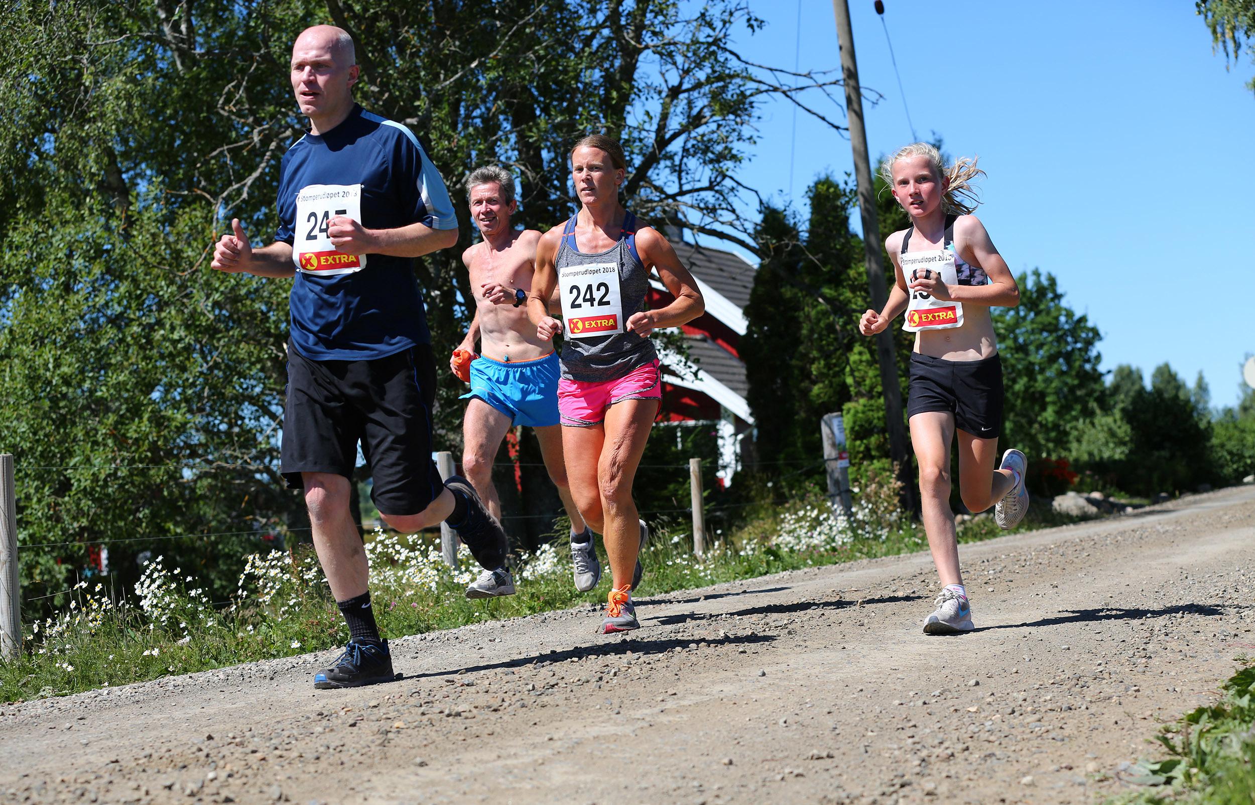 Stomperudløpet2018-6km-Petter Antonsen løper sammen med datter Selma.jpg