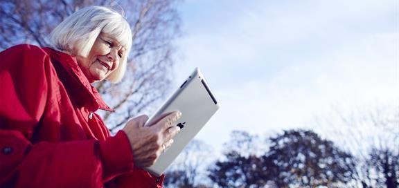 Dame som ser på en iPad