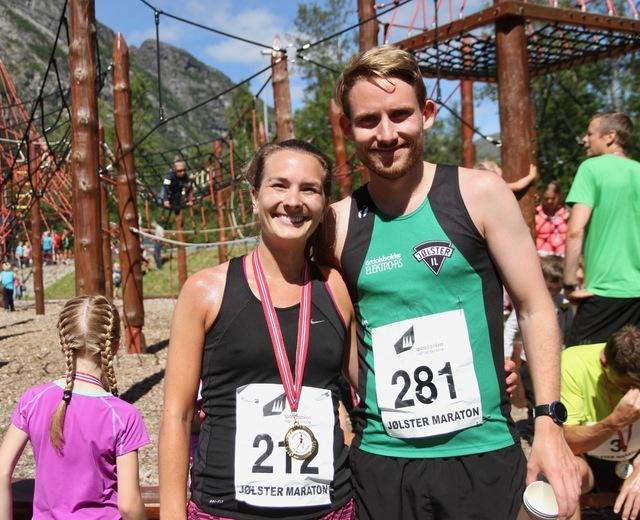 Kjærestepar og distansevinnere i Jølster Maraton 2018. Ingrid Bredesen Hatlelid vant halvmaraton for kvinner og Knut Olav Øygard vant 5 km. Foto: Helge Fuglseth
