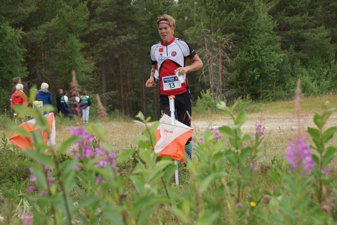 Gaute Kvittum Nytrøen på veg til 2. plass i H 17-18 på mellomdistansen på hjemmebane på Tynset lørdag. (Foto: Stein Arne Negård)