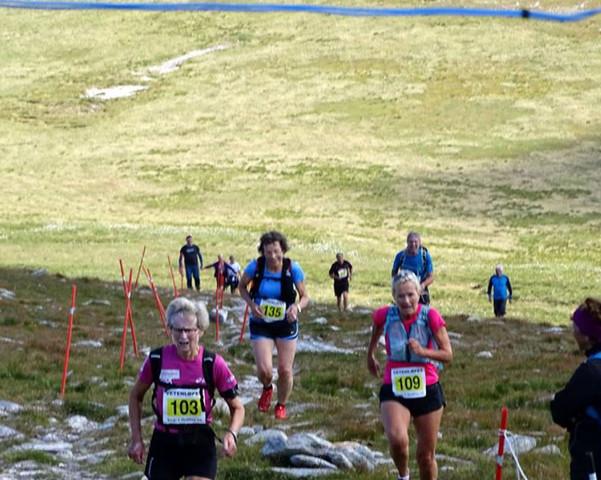 Flere løpere nærmer seg mål.jpg