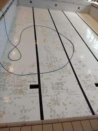Bunnen i bassenget er klargjort for maling_324x432.jpg