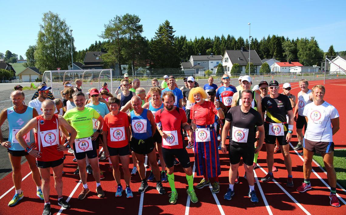 Startfeltet på maraton der vi ser Jan Billy med nummer 100 og Ronny med nummer 50. (Foto: Bjørn Hytjanstorp)