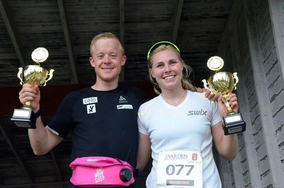 Vinnerne Lene Ådlandsvik og Sindre Petersen med sine vinnerpokaler.