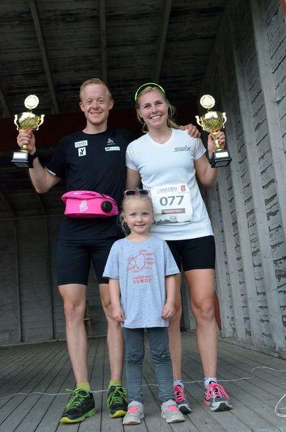 Vinnerne Lene Ådlandsvik og Sindre Petersen fikk sine vinnerpokaler overlevert av 4-årige Maja Øsmundset, som selv deltok i barneklassen.