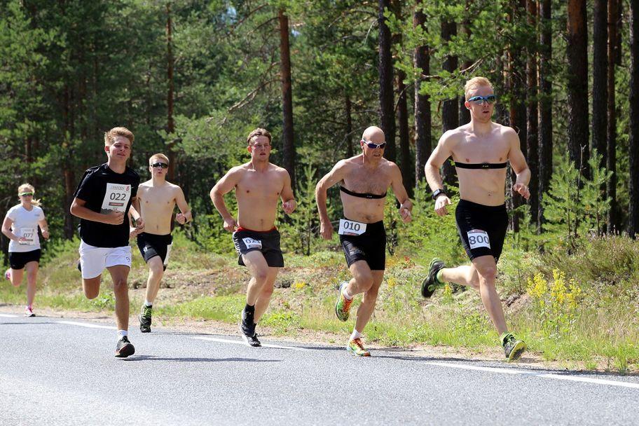 Årets vinner Sindre Pettersen fra Nittedal (nummer 800) ledet ut fra start. I rygg har han Geir Strandbakke, Lillehammer skiklubb, som vant løpet i 2016.  Til venstre i bildet med nummer 77 er Lene Ådlandsvik, vinner av kvinneklassen i årets løp. Ellers i