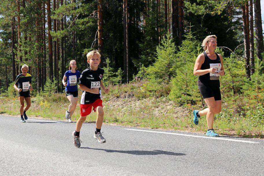 Ordfører Lise Berger Svenkerud (t.h) på veg ut på sin 11 kilometer, sammen med 122 Peer Svenkerud, 172 Mari Øgaard, Moss, og 128 Jan Helge Grøtbekklien, Vestre Trysil.