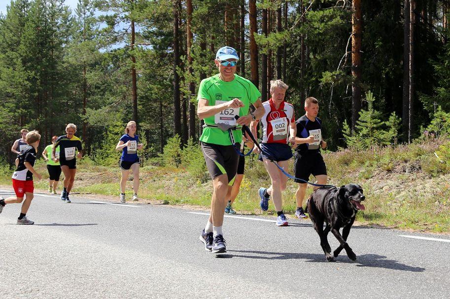 Torbjørn Sæther, Eidsvold Turn skøyter, fullførte 11 kilometer med sin firbeinte venn i varmen.
