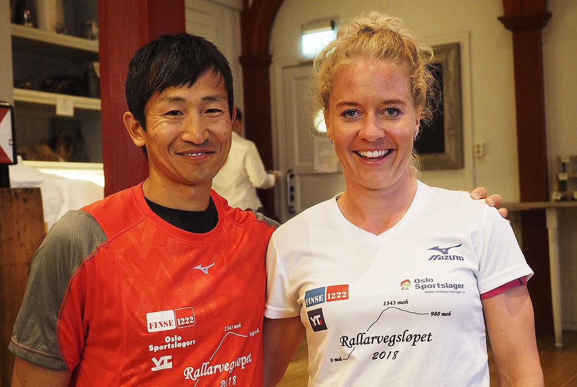 Håkon Urdal og Julie Aspesletten fikk overrakt ledertrøyene etter å ha vunnet første etappe i Rallarvegsløpet. (Foto: Bjørn Johannessen)