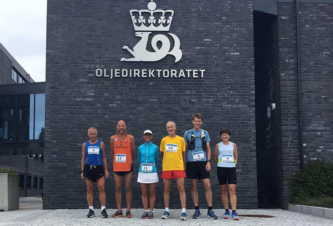 Seks av de ni som løp Sørmarka Marathon. De tre som mangler på bildet startet ikke. Helt til høyre raskeste mann: Kjell Gunnar Gjerdal