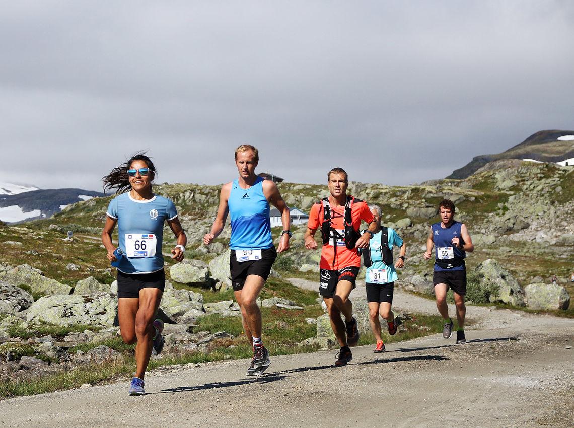 Her ser vi løperne på andreetappen i fjorårets løp. I år vil den være et eget alternativ for de som synes 27 km er langt nok. (Foto: Bjørn Johannessen)