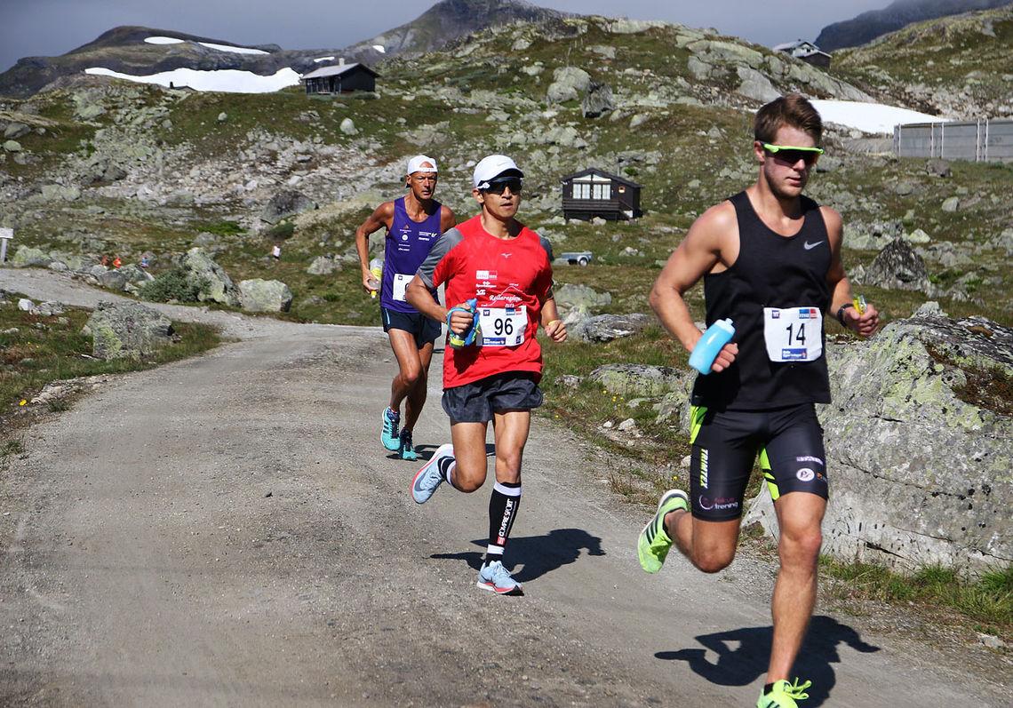 Sondre Fylling (14) vant andreetappen og ble nummer to sammenlagt, mens det var motsatt for Håkon Urdal (96). Erik Bergersen (i blått) ble nummer tre på begge etapper og sammenlagt. (Foto: Bjørn Johannessen)