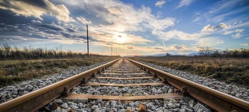"""(ALT=""""Illustrasjonsfoto av togskinner fra en togbane."""")"""