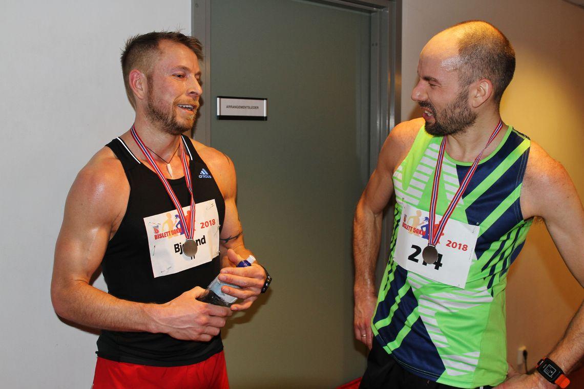 Torstein Bjerland (til venstre) vant årets Bislett 50K, og er allerede påmeldt 2019-utgaven. Her er han i samtale med John Henry Strupstad som ble nummer to i fjor. (Foto: Olav Engen)