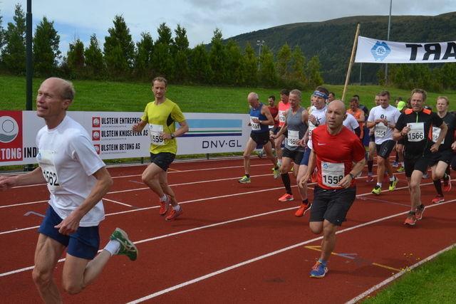 Fra starten på halvmaraton under Nordvest Maraton 2017. Jan Ketil Vinnes har tatt føringen