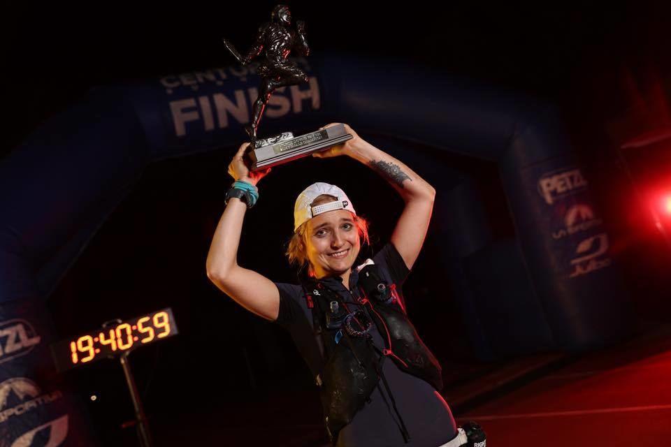 Ingrid Lid med seierstroféet etter en imponerende 100-miles debut. (Arrangørfoto)