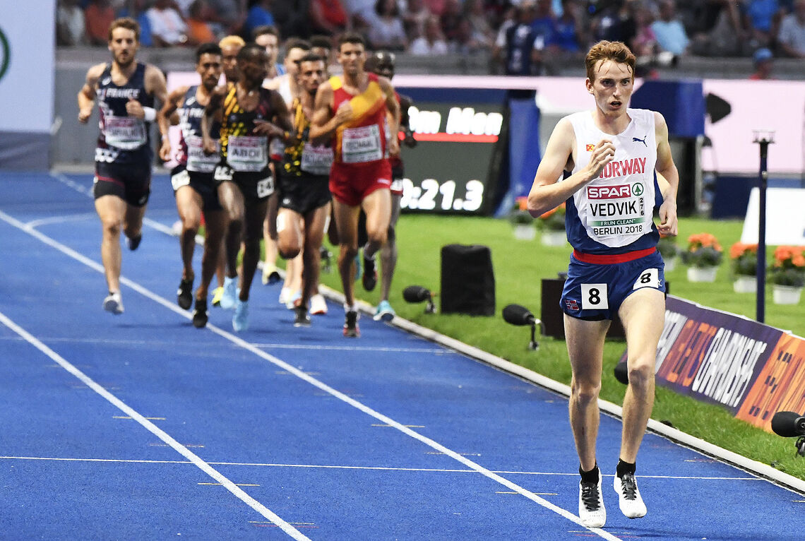 Marius Vedvik ble tatt igjen med én runde etter ca. 7000 m. Han var høflig og sprang ut i bane to i god tid slik at teten ikke skulle bli hindra. (Foto: Bjørn Johannessen)