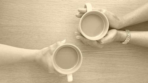 To personer drikker kaffe sammen